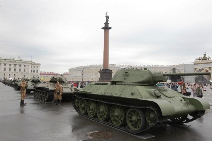 Танки съехались на Дворцовую площадь еще вчера. Фото: gov.spb.ru