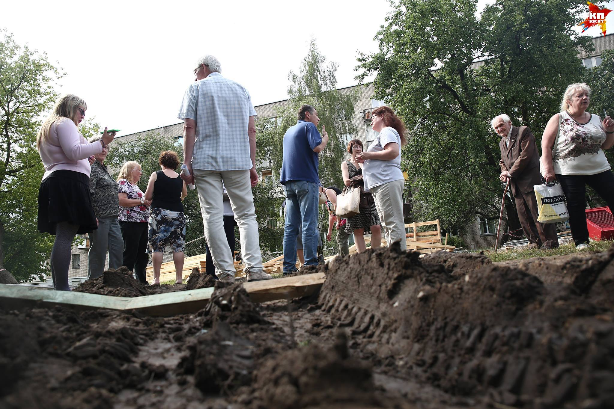 Жители дома по столичной улице Андреевской бьются против строительства под окнами: дежурят с восьми утра во дворе, а ночью прислушиваются к звуку машин
