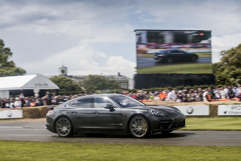 Фестиваль в Гудвуде имеет статус аристократического мероприятия. Лучшего места для показа дорогой и быстрой машины не придумаешь. Фото Porsche