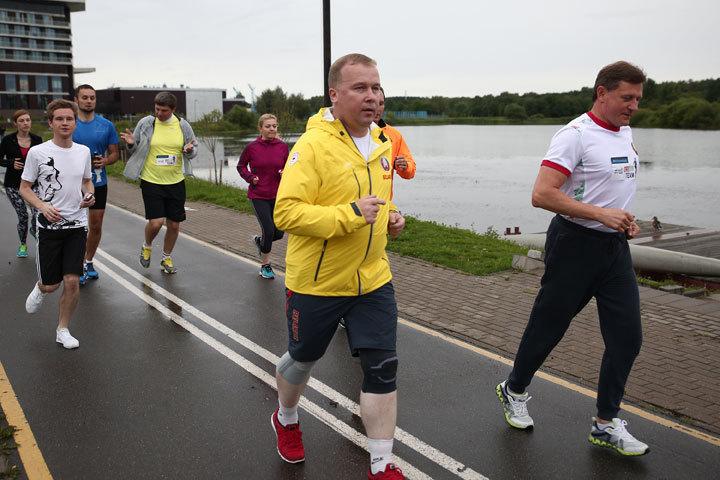 Министр спорта и туризма Александр Шамко и министр образования Михаил Журавков на старте бежали вместе.