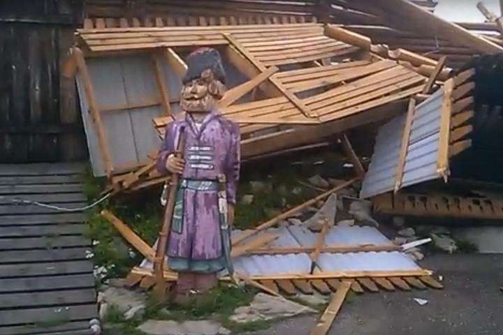 ВМариинске разгул стихии разрушил стелу