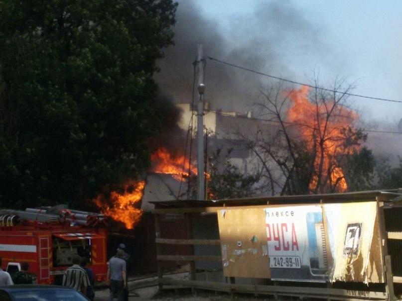 Пожар наулице Лейтенанта Шмидта вСамаре: огонь оцепил два дома