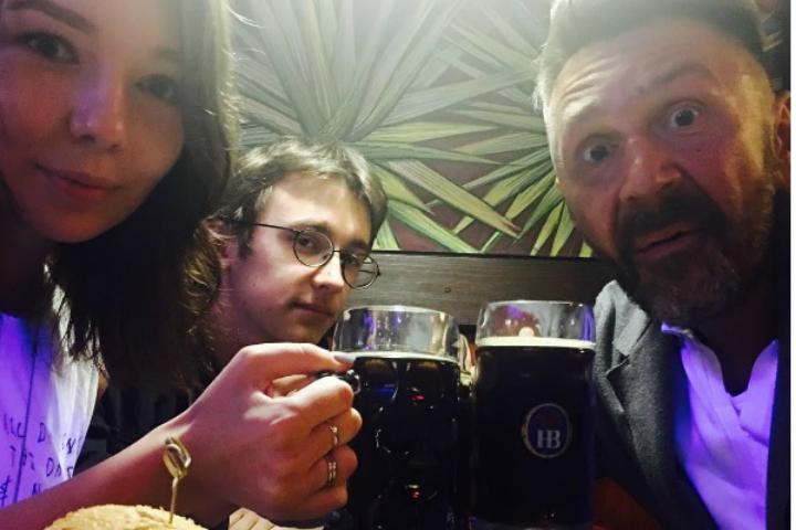 Сергей Шнуров продемонстрировал, как онкурит ипьет совместно ссобственными детьми