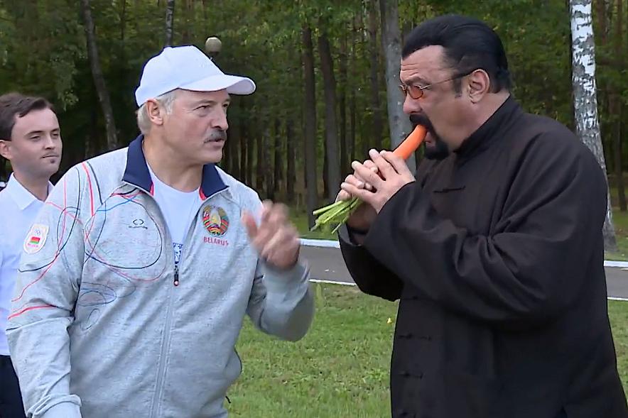 Александр Лукашенко почистил морковку для Стивена Сигала