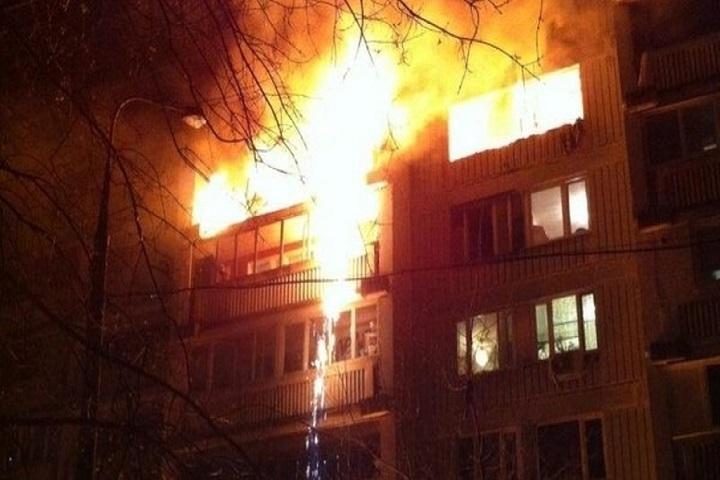 ВБолохово пожарные эвакуировали изокна горящей квартиры трёх человек