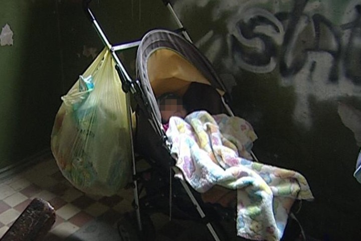 ВЕкатеринбурге вподъезде дома найдена брошенная девочка вколяске