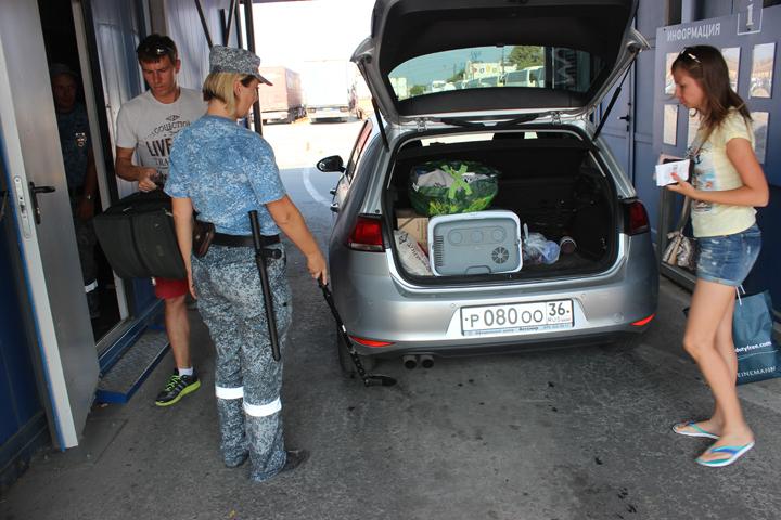 Упассажиров переправы изъяли нож, гранату итравматический пистолет