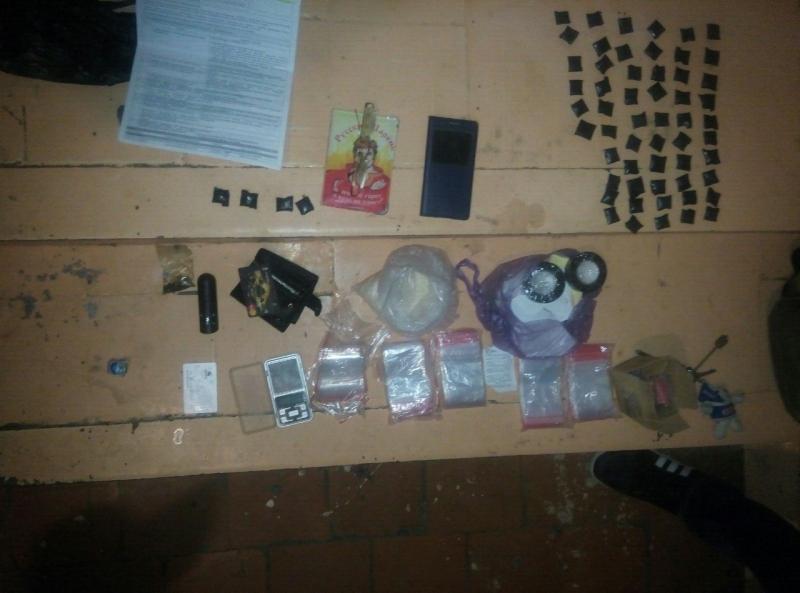 Полицейские Сургута изъяли неменее 60 свертков сособо крупной партией наркотиков