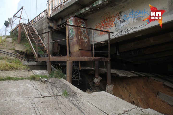 Частичное разрушение защиты дамбы ненесет угрозы Молитовскому мосту,— Анатолий Молев