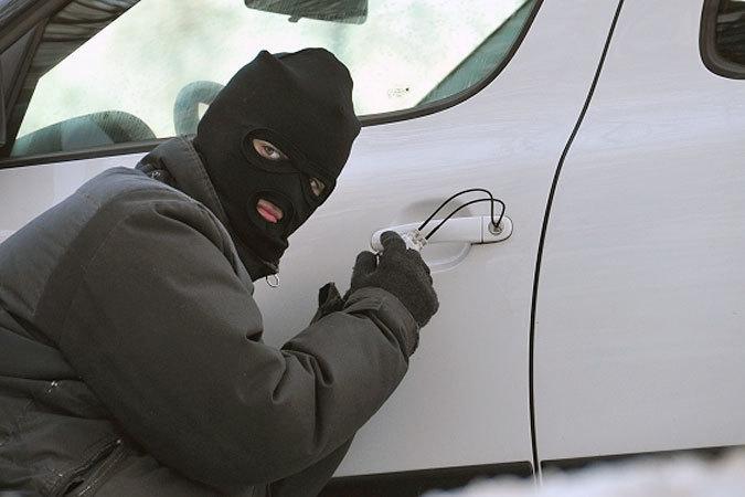 Злоумышленники особо и не скрывались - похитили авто прямо со стоянки днем