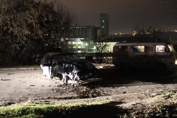В итоге столкновения иномарки сдеревом вИркутске скончалась 20-летняя пассажирка