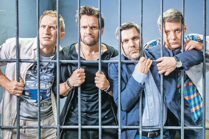 Троица мужчин неожиданно превратилась в четверку. И - угодила в тюрьму. И это лишь один эпизод из их многодневных приключений...