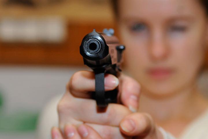 Доставать пистолет в надежде, что хорошо выпившие молодые люди испугаются, нельзя было категорически