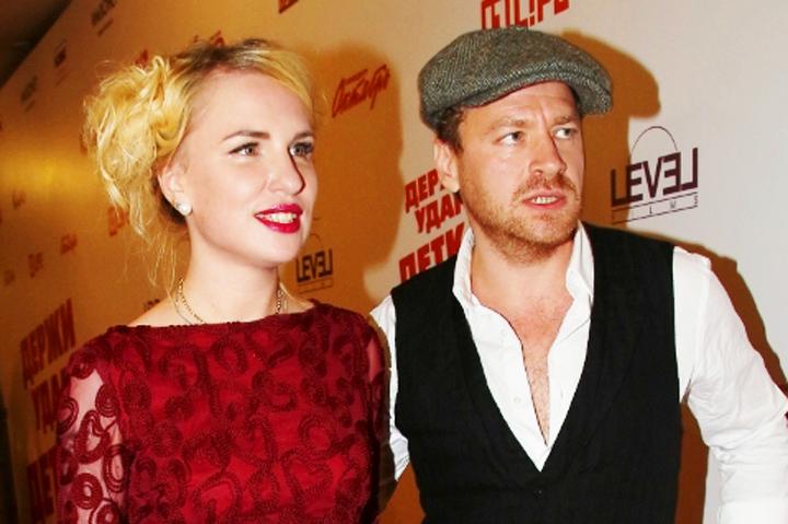 На премьеру фильма «Держи удар, детка!» актер Алексей Барабаш пришел в компании режиссера Валерии Гай Германики.