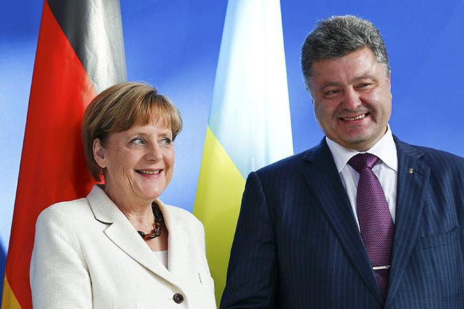 Президент Украины Петр Порошенко и канцлер Германии Ангела Меркель по телефону договорились побеседовать втроем - с президентом Франции Франсуа Олландом