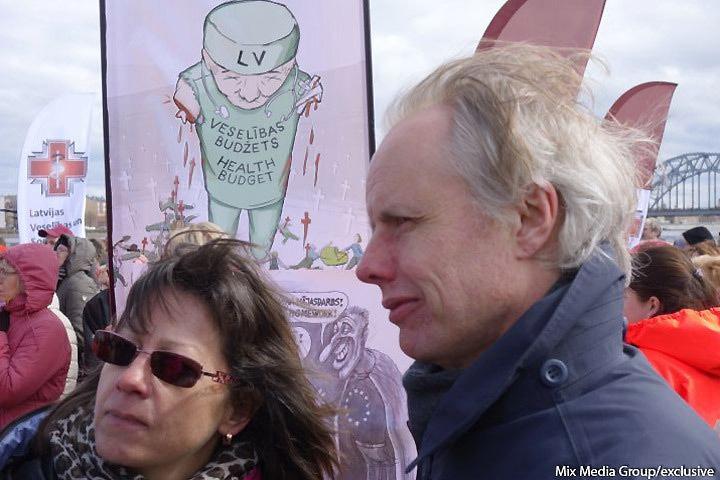 Латвийский профсоюз работников здравоохранения и социального ухода проведет очередную акцию протеста под названием «Ковер Зеленой смерти». Фото: с сайта mixnews.lv