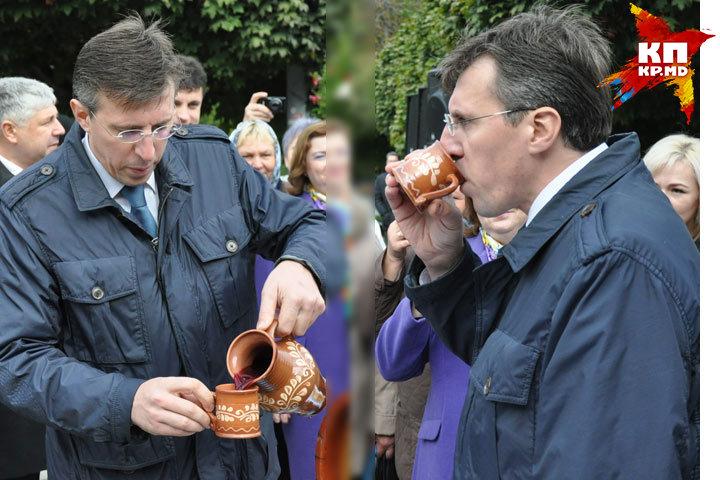 По традиции мэр первым открывает бочонок вина и дегустирует
