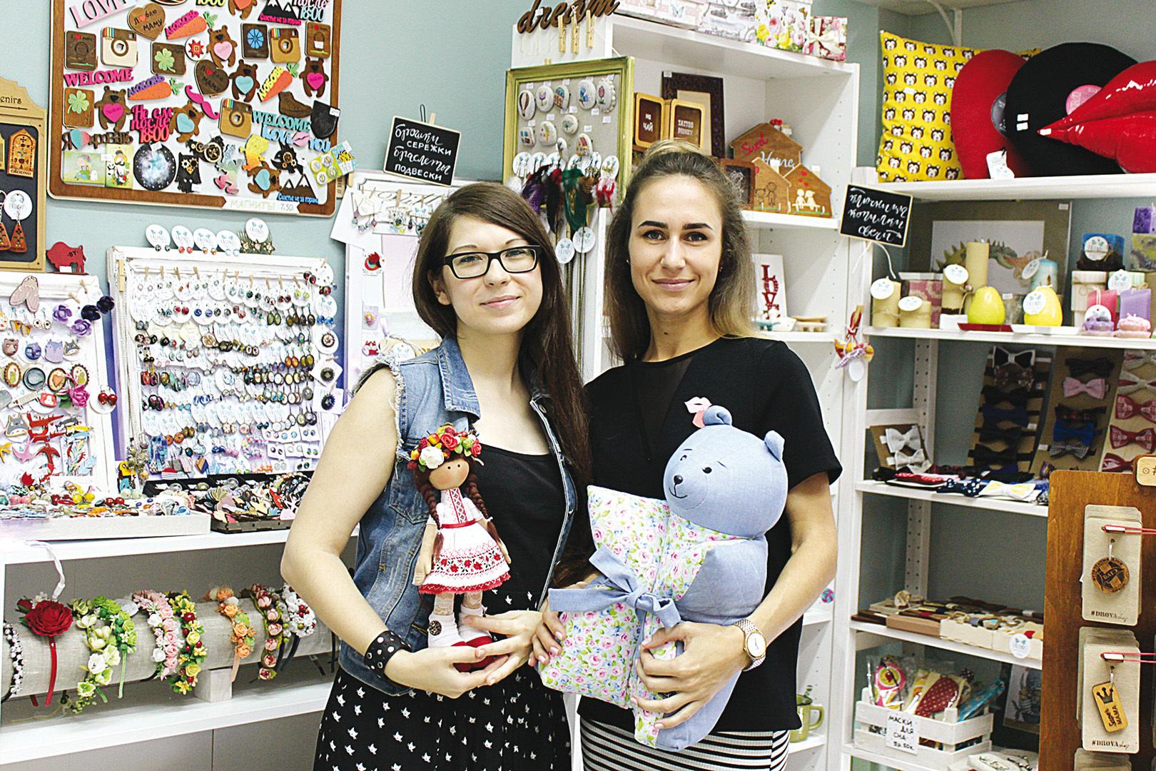 Подруги Катя (слева) и Оля мечтали о своем магазинчике еще со студенческих времен - и тогда же начали откладывать деньги. Фото: БЫК Юлия