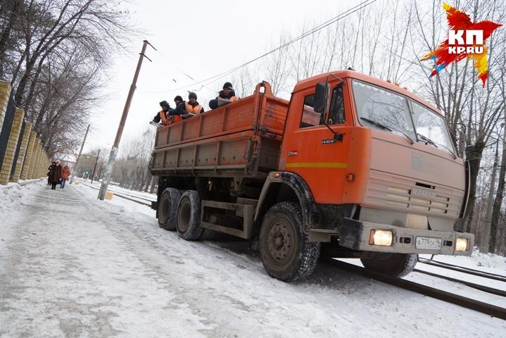 Коммунальщики отчитались, что высыпали наскользкие тротуары Екатеринбурга больше 18 тонн щебня
