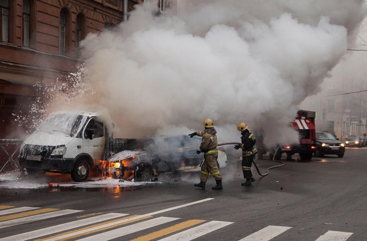 """Автомобили сгорели буквально за 10 минут. Фото: Маргарита Овчаренко """"ДТП и ЧП Санкт-Петербург"""""""