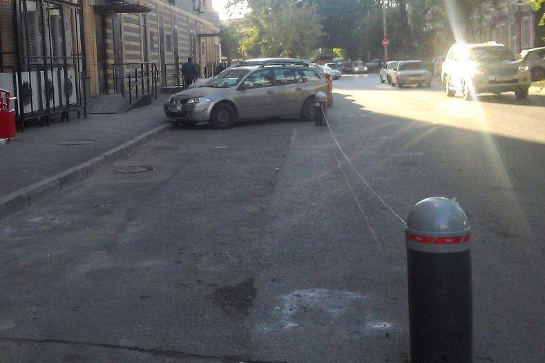 ВРостове наулице Варфоломеева снесли незаконное парковочное ограждение