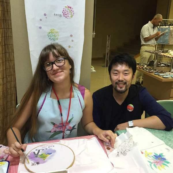 Мастер-класс по росписи ткани для кимоно в академии моды. Героиня и учительТакеши Мураками.
