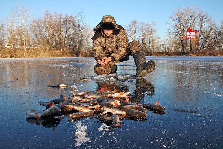 Самарские рыбаки открыли сезон подледного лова из-за аномально холодной погоды.