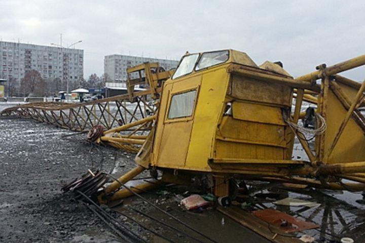 В Сургуте упал башенный кран