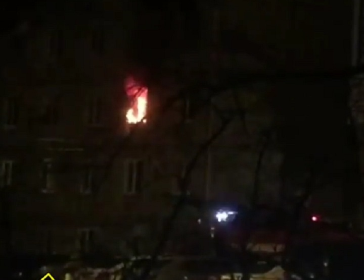 МЧС Владивостока спасли 50 человек изгорящего дома