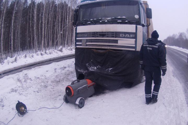 За выходные кузбасские спасатели отогрели на трассах девять грузовиков