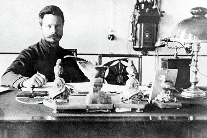 Михаил Васильевич Фрунзе в своём рабочем кабинете.