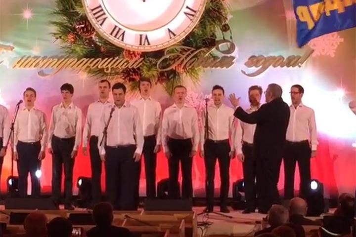 На прошлый новый год отличился Лидер ЛДПР Владимир Жириновский. Он дирижировал хором мальчиков-депутатов партии