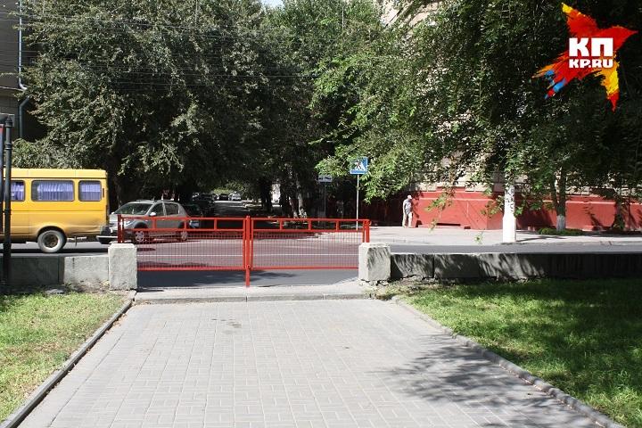 Такие заборы на пути пешеходы воспринимают с негодованием. Специалисты же считают, что так гораздо безопаснее.