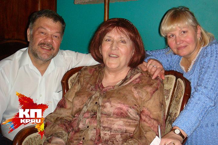 Журналисты Любовь Моисеева и Александр Гамов на дне рождения Нонны Мордюковой у нее дома в Крылатском. 25 ноября 2007 года.