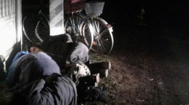 Трое молодых людей вБарановичском районе заснули наобочине