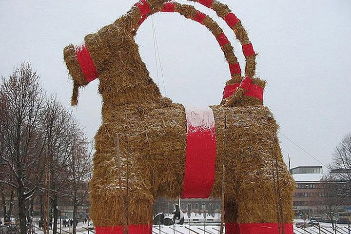 В шведском городе Евле в очередной раз сгорел 13-метровый гигантский рождественский козел. Фото: с сайта ru.wikipedia.org