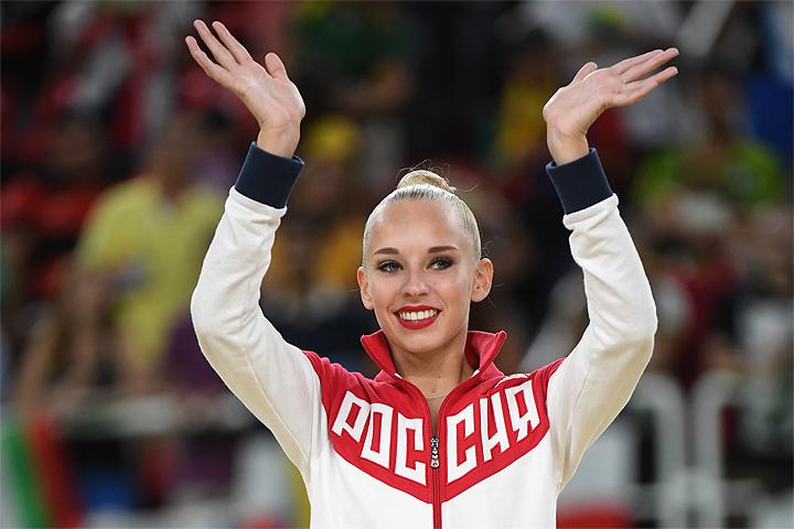 Яна Кудрявцева, завоевавшая серебряную медаль в соревнованиях по художественной гимнастике в индивидуальном многоборье, во время церемонии награждения на летних Олимпийских играх в Рио-де-Жанейро.