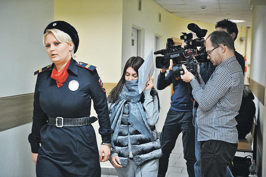 Любительница гонок по улицам (на фото ее ведут в суд) нарулила на 24 дня административного ареста, 595 часов работы дворником и 139 тысяч рублей штрафов.