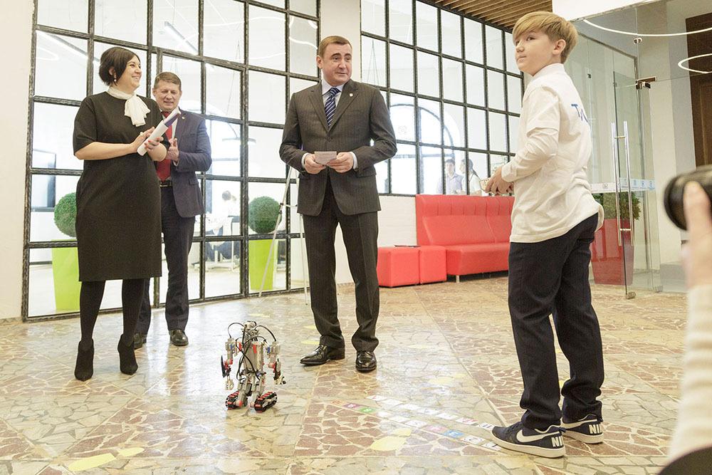 На входе в «Кванториум» робот пригласил Губернатора Тульской области Алексея Дюмина на первую экскурсию по технопарку. Фото: Предоставлено Управлением пресс-службы правительства Тульской области