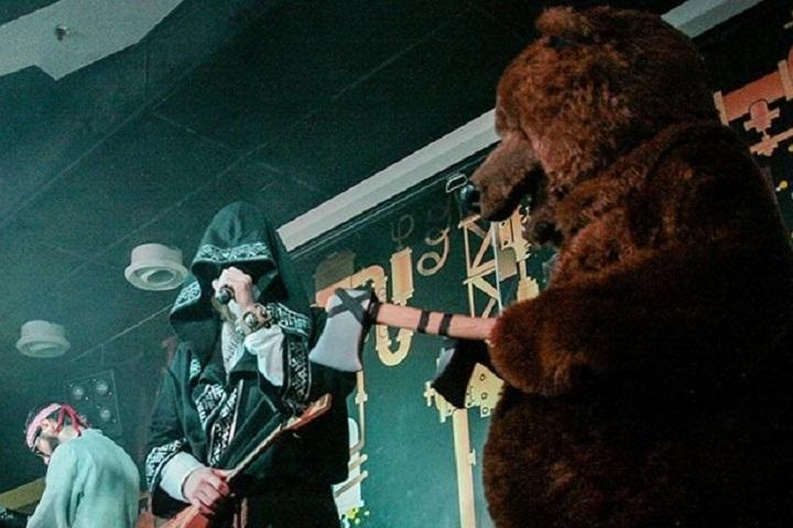 Вместе с Нейромонахом и диджеем на сцене отплясывал огромный медведь. По легенде, музыканты нашли его в лесу