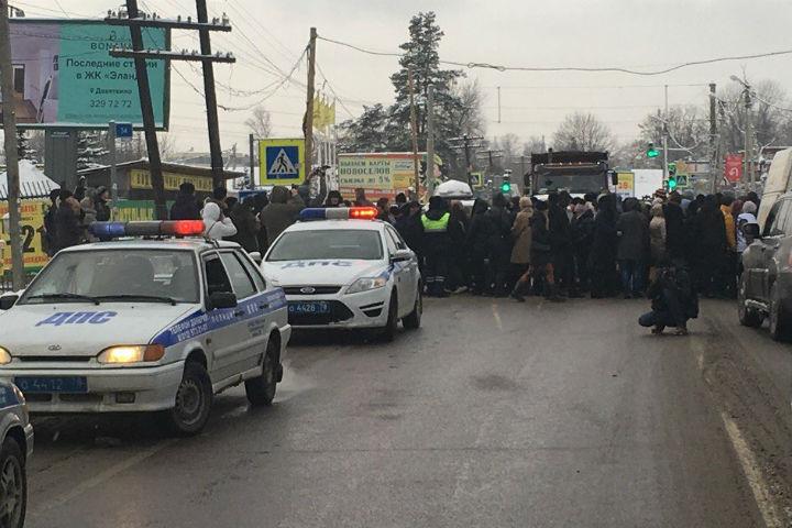 Полицейские вМурине начали задерживать перекрывших дорогу пайщиков