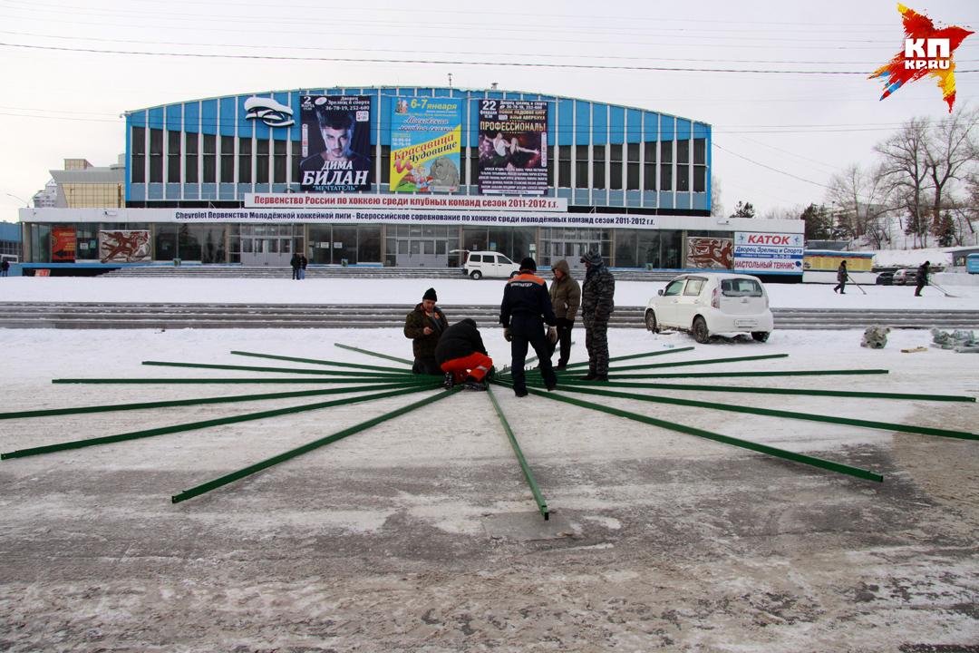 Наплощади Сахарова вБарнауле устанавливают новогоднюю ель