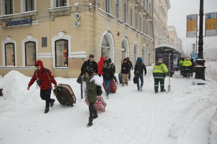 Днем наулицы Петербурга выйдет 900 снегоуборочных машин