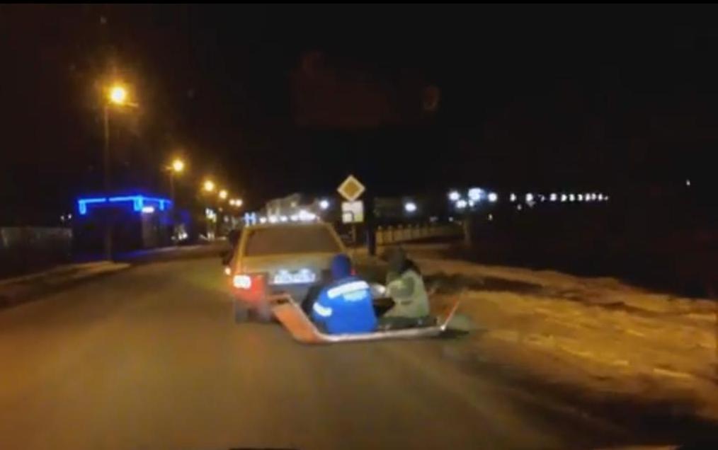 Появилось видео, как воронежские парни катаются подороге насрезанной крыше «копейки»