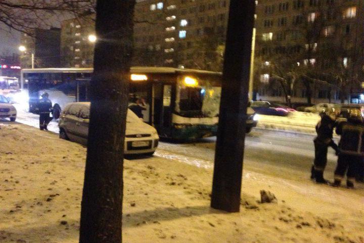 ВПетербурге шофёр автобуса почувствовал нездоровье испровоцировал ДТП