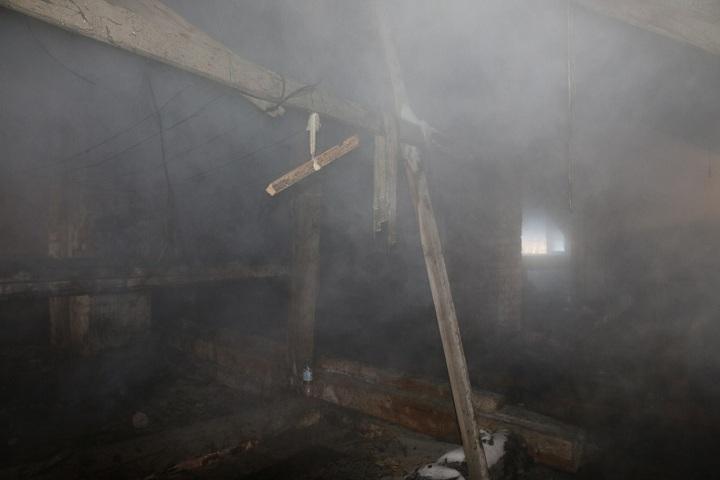 Два человека получили травмы, выпрыгивая изокон горящего расселенного дома вВологде