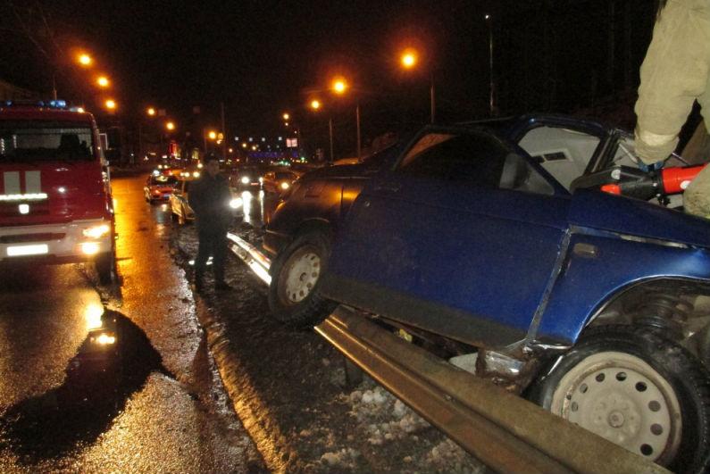 ВЯрославле шофёр «ВАЗа» наехал наотбойник