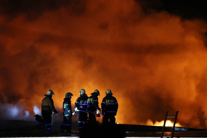 НаКубани загорелись склады игаражи наплощади в700 квадратных метров