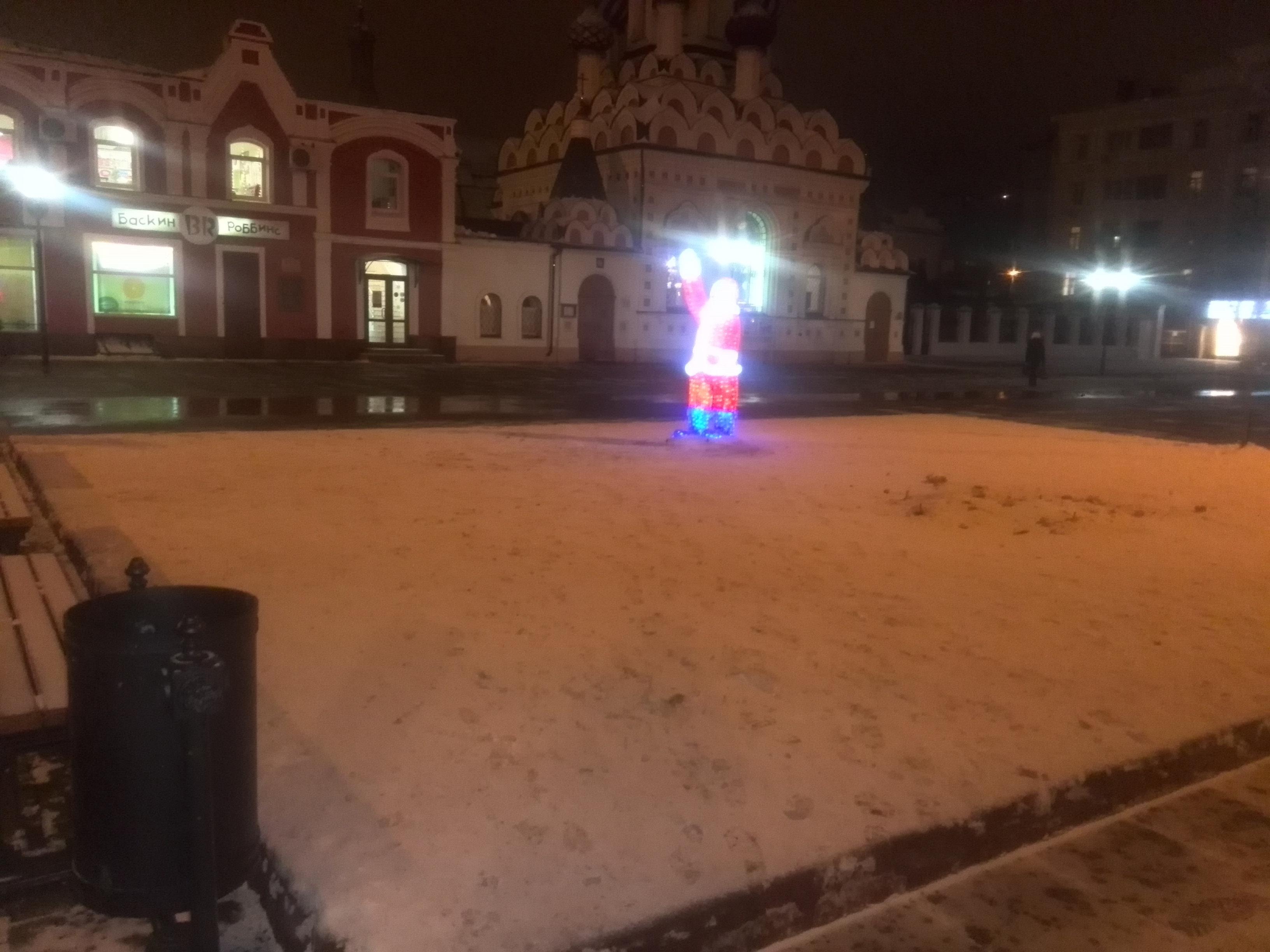 Теперь на площади Чернышевского саратовцев приветствует одинокий Санта.
