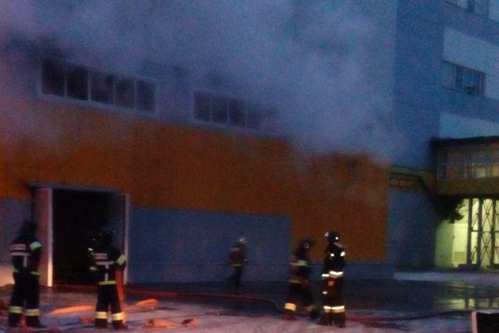 В Волгограде в строящемся здании Каустика вспыхнул пожар Загорелась пустая пластиковая тара